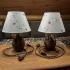 Пара прикроватных ламп с абажурами.
