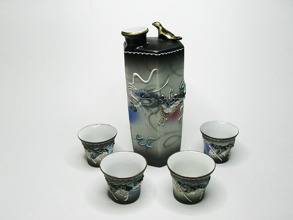 Декантер для саке с чашечками.