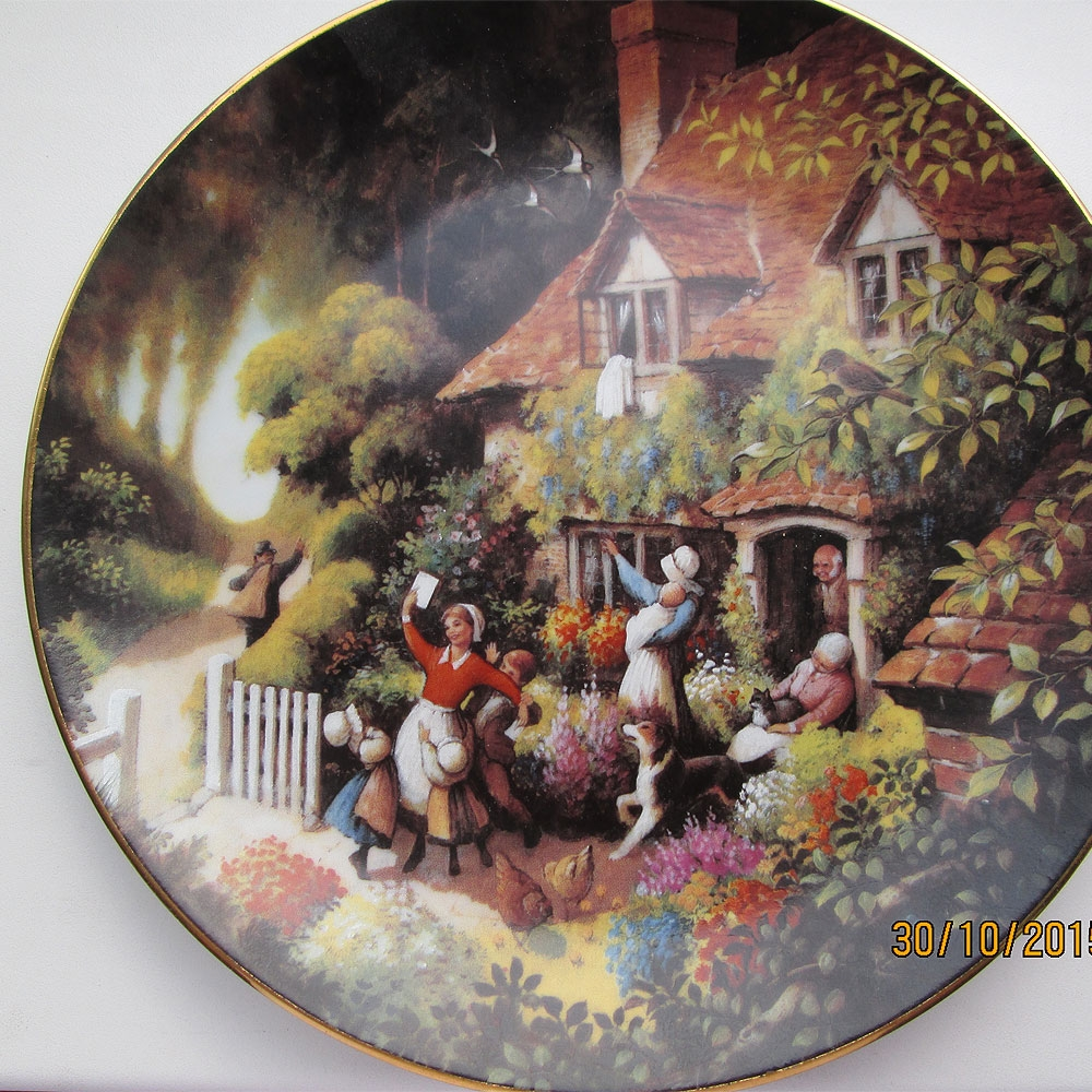 Восемь декоративных тарелок.