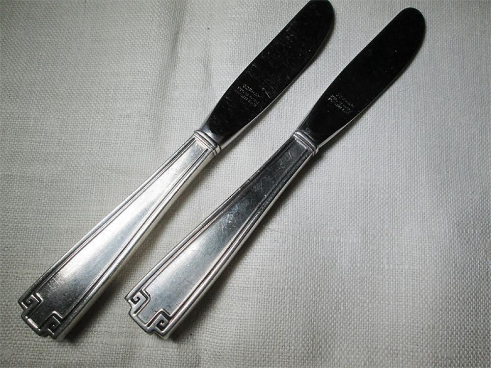 Пара ножей для масла.