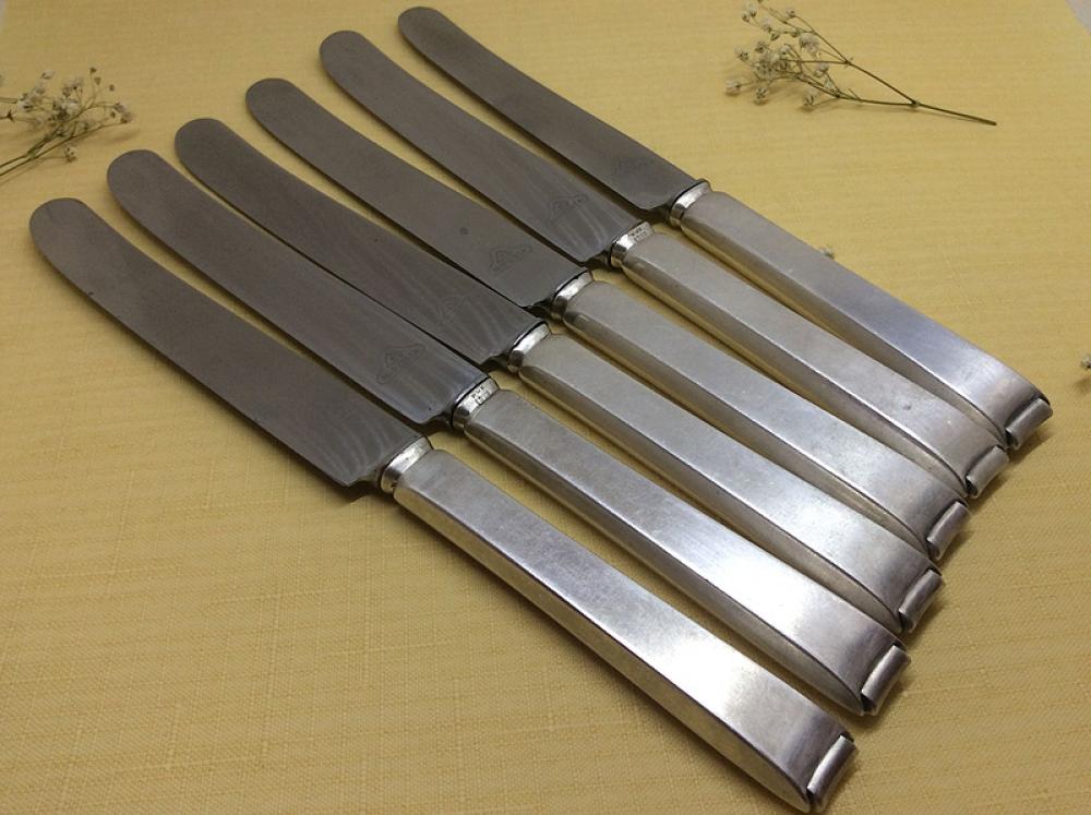 Комплект столовых ножей.