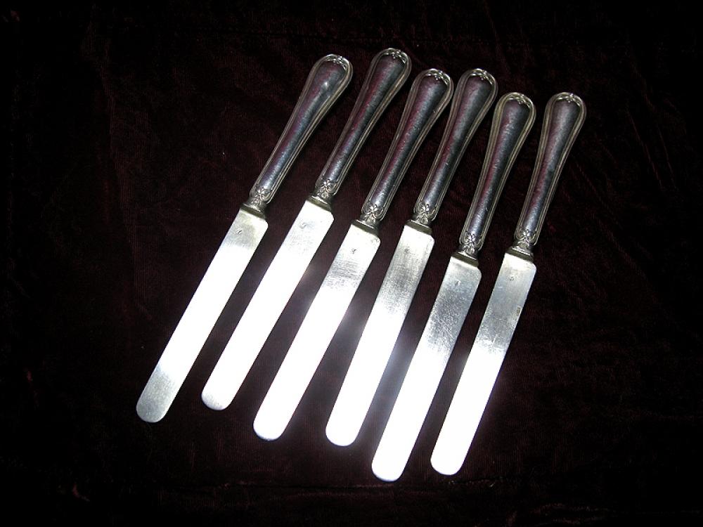 Набор десертных ножей.