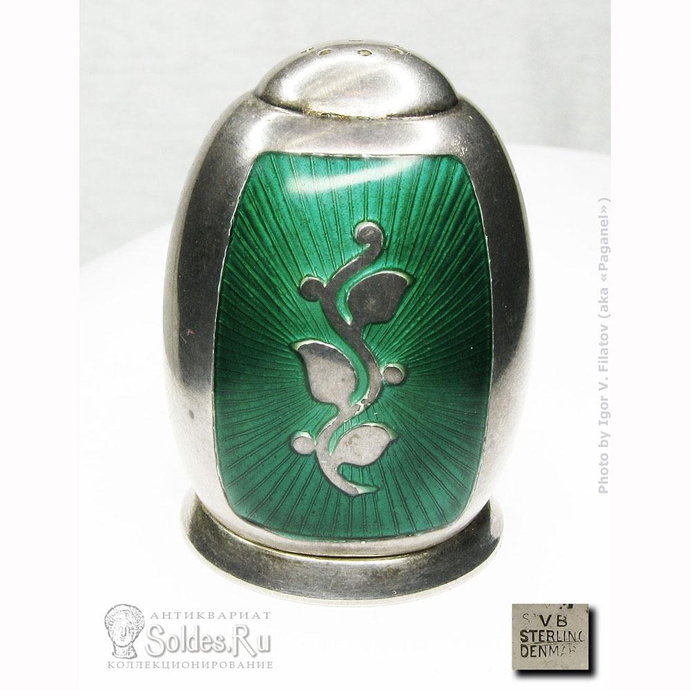 Серебряная солонка с эмалью гильоше.