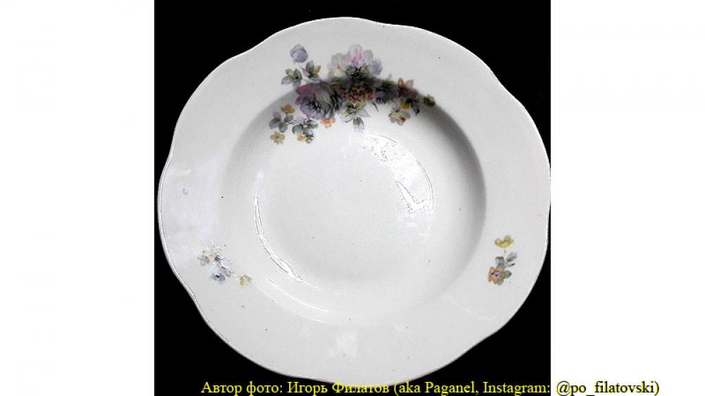 Глубокая столовая тарелка.