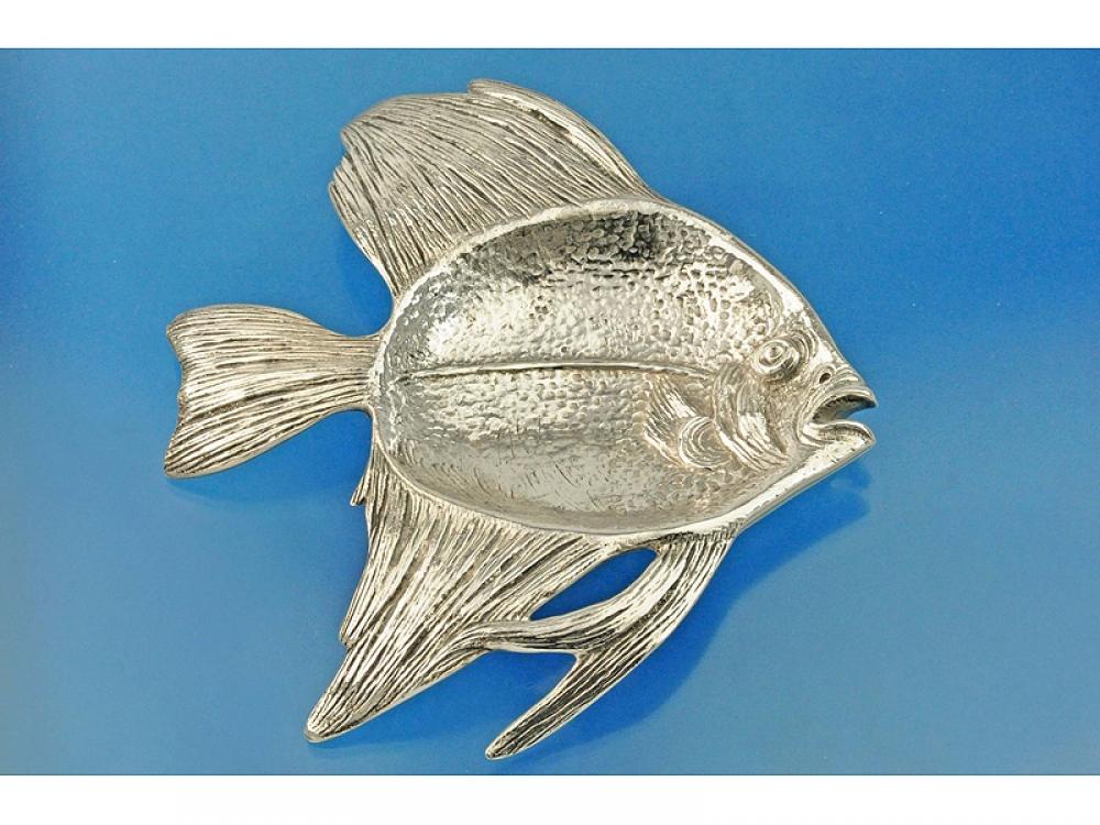 Икорница в форме рыбы.