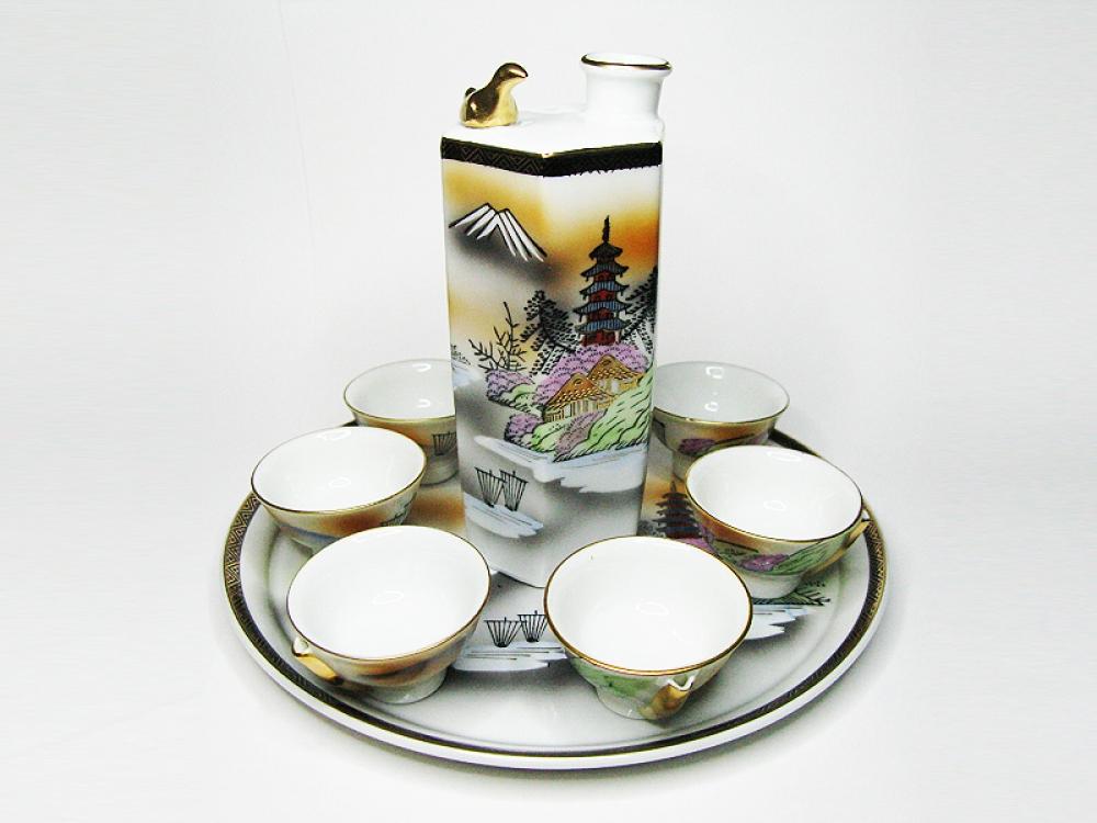 Декантер для саке с чашечками и подносом.