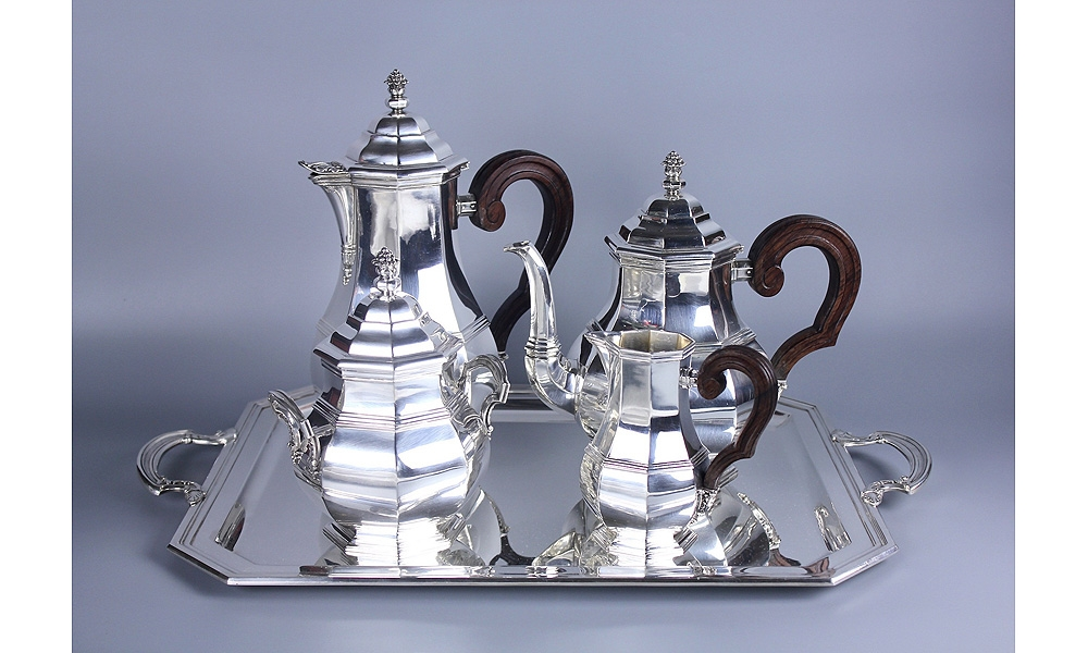 Чайно-кофейный сервиз на подносе.